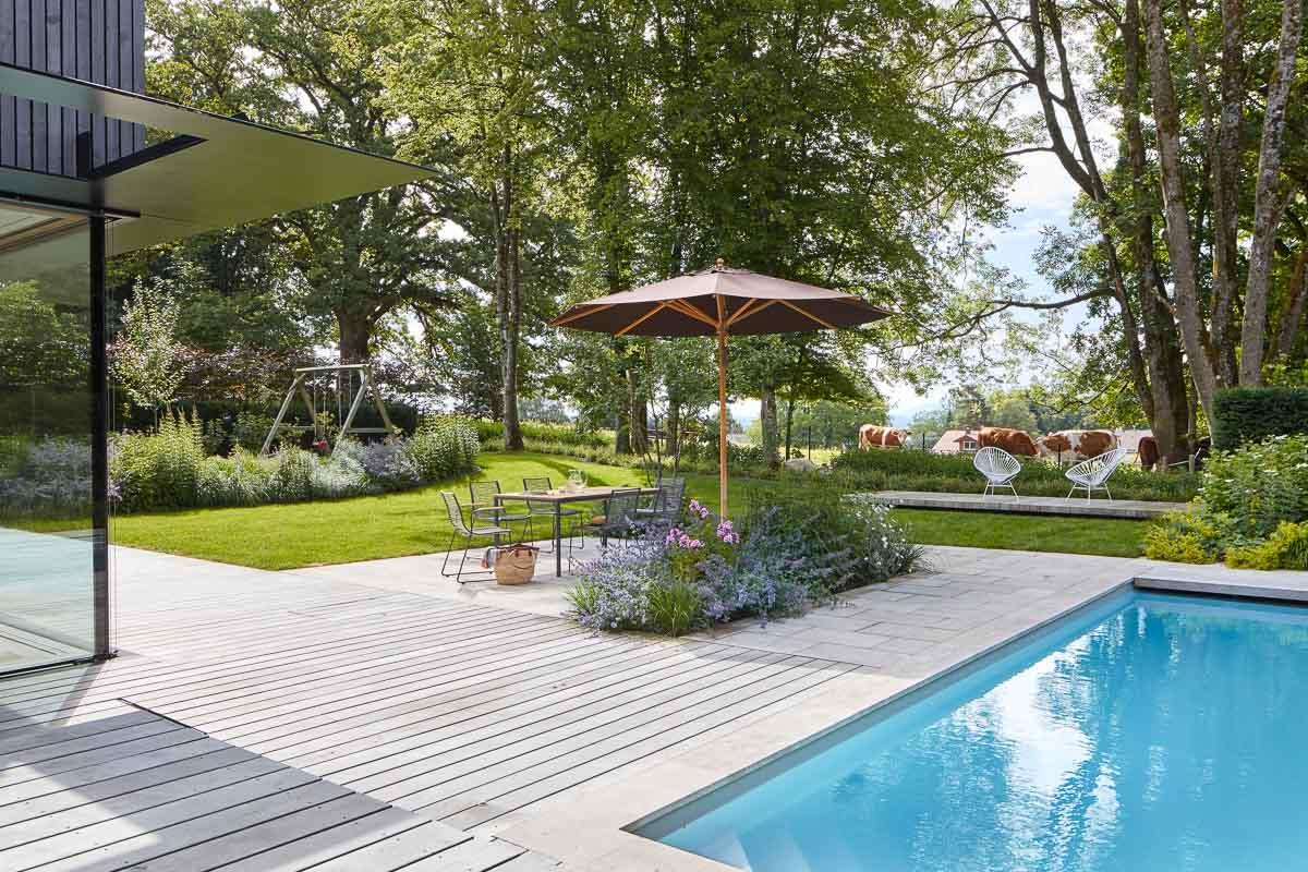 Swimmingpool im Garten eingebettet in die Fünf-Seen-Landschaft.