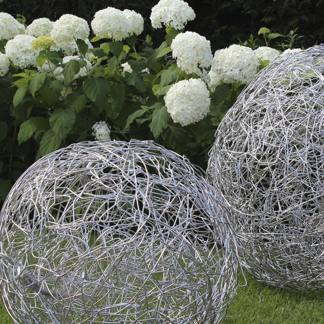 Leuchtobjekte nehmen die runde Form der Hortensien auf, Privatgarten Gräfelfing