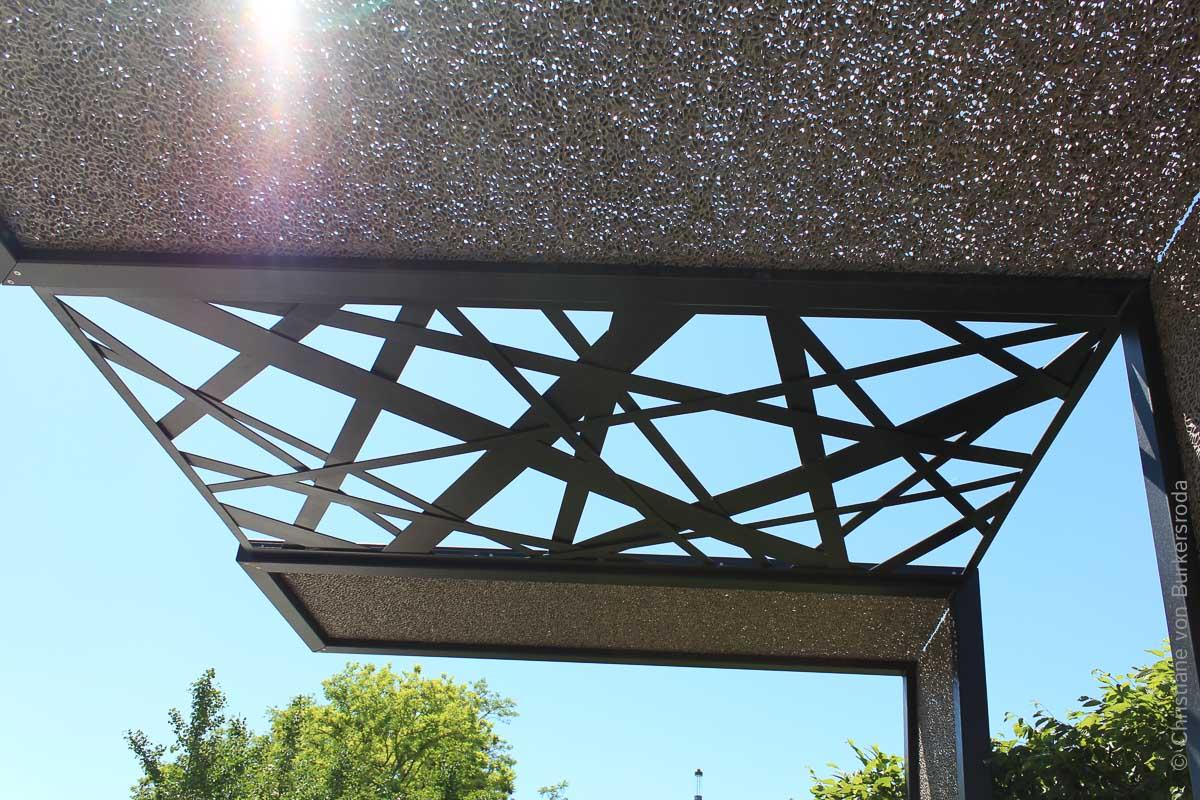 Eine Pergola als Schattenspender gegen die intensive Mittagssonne