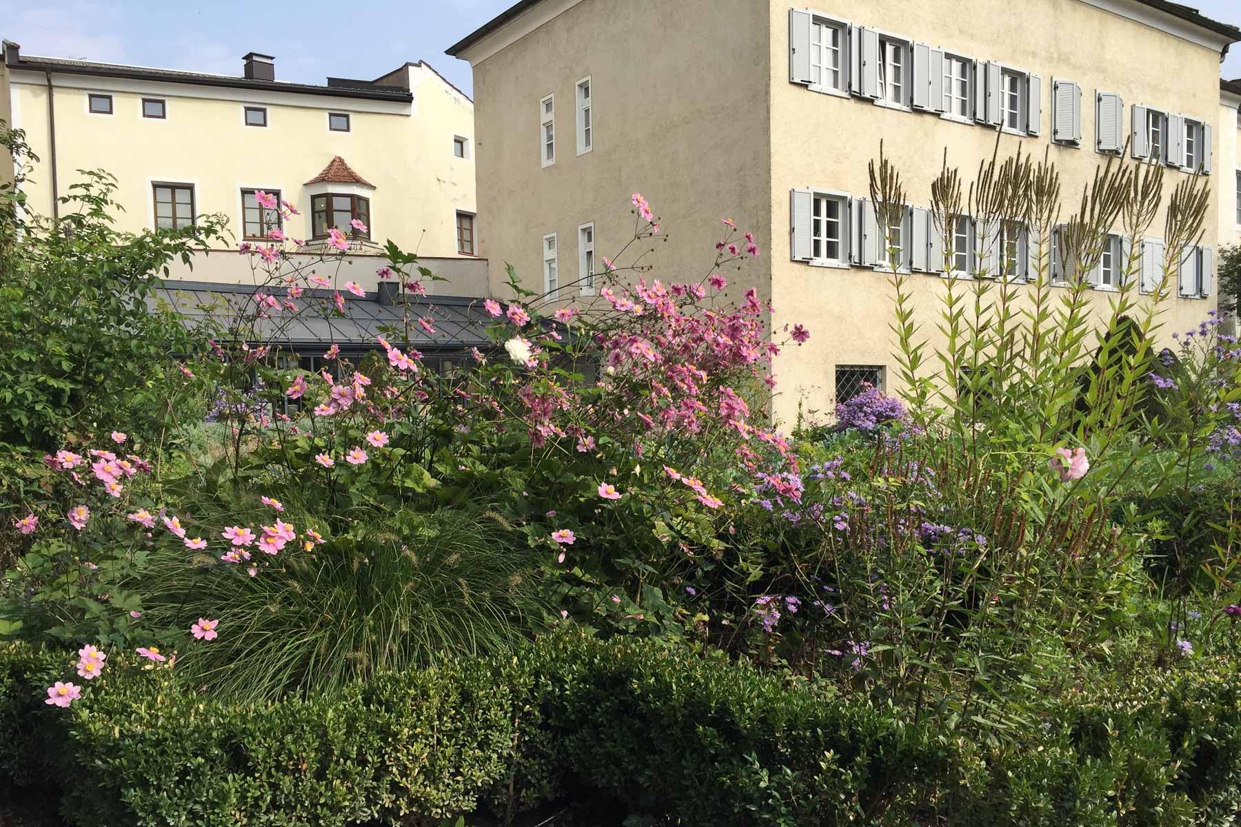 Herbstliche Bepflanzung im Hofgarten von Brixen