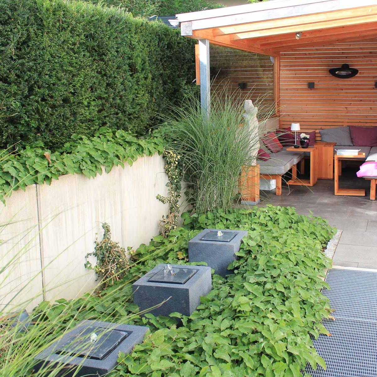 Überdachter Freisitz im Garten mit Lounge-Charakter