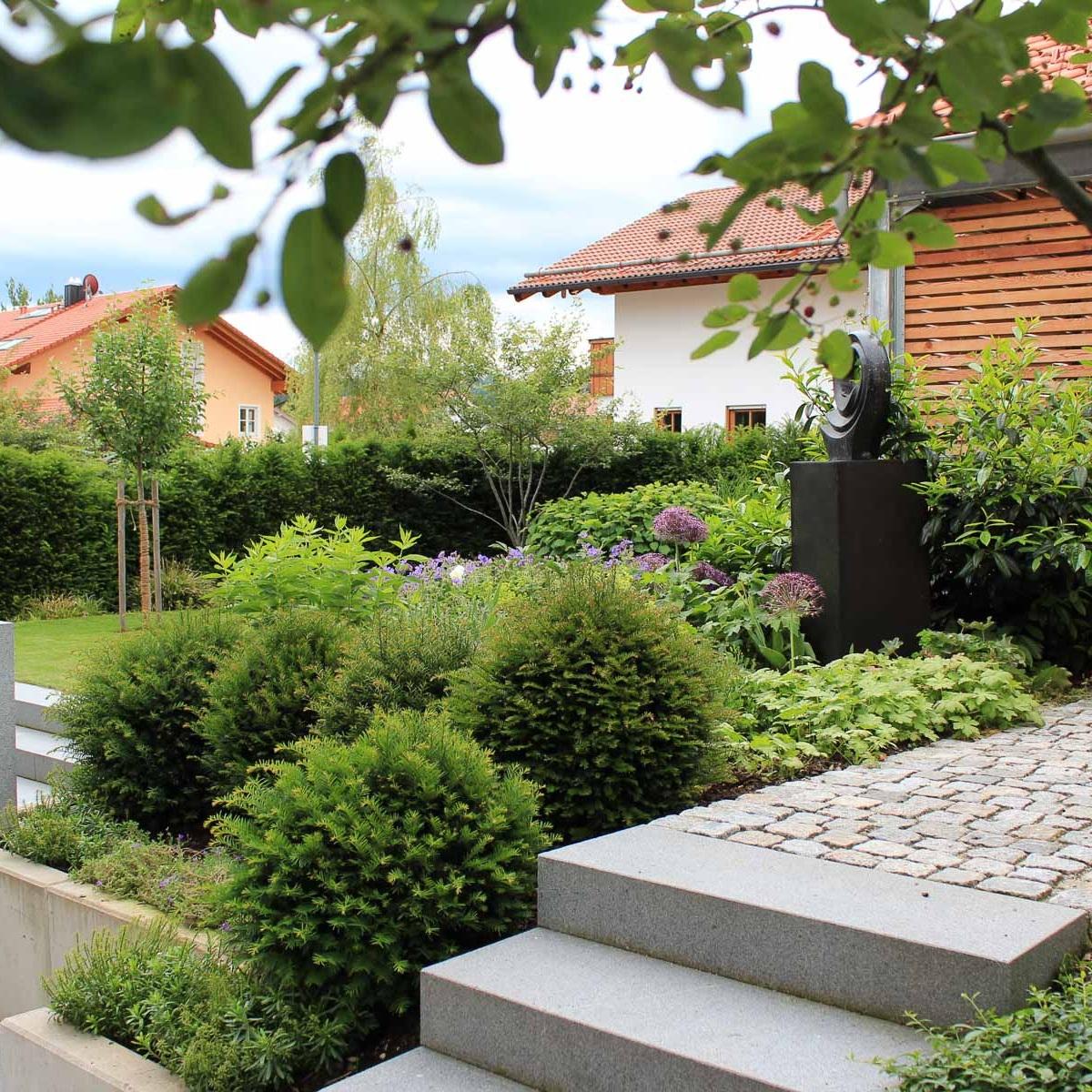 Blockstufen aus Granit bilden die Treppenanlagen im Garten