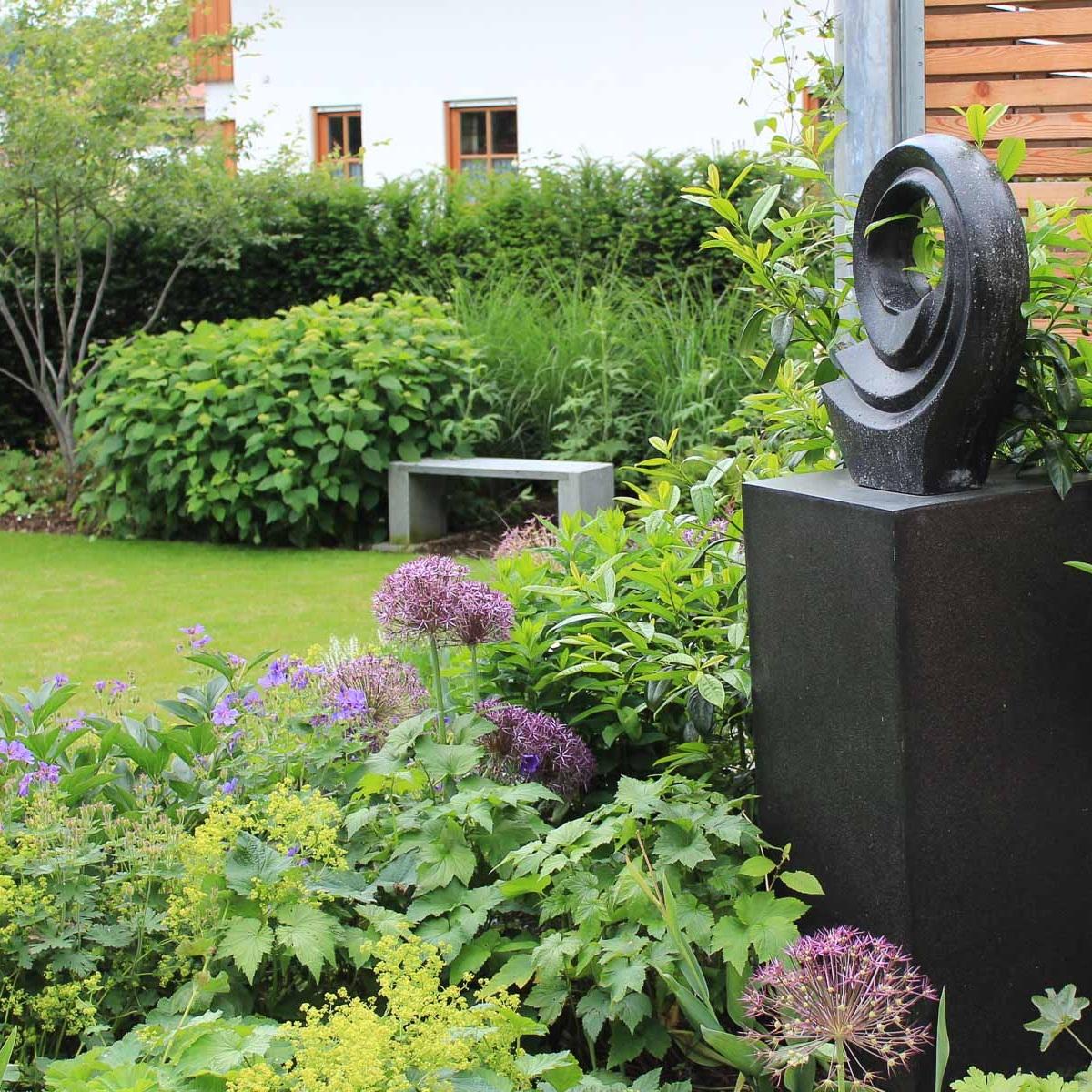 Raumtiefe wird durch den Vordergrund mit der Gartenskulptur erzeugt