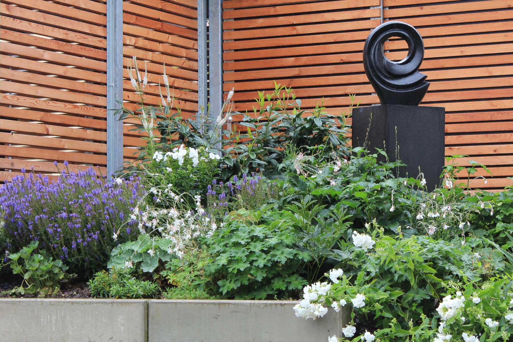 Das gewisse Extra im Garten: schwarze Skulptur als Blickpunkt