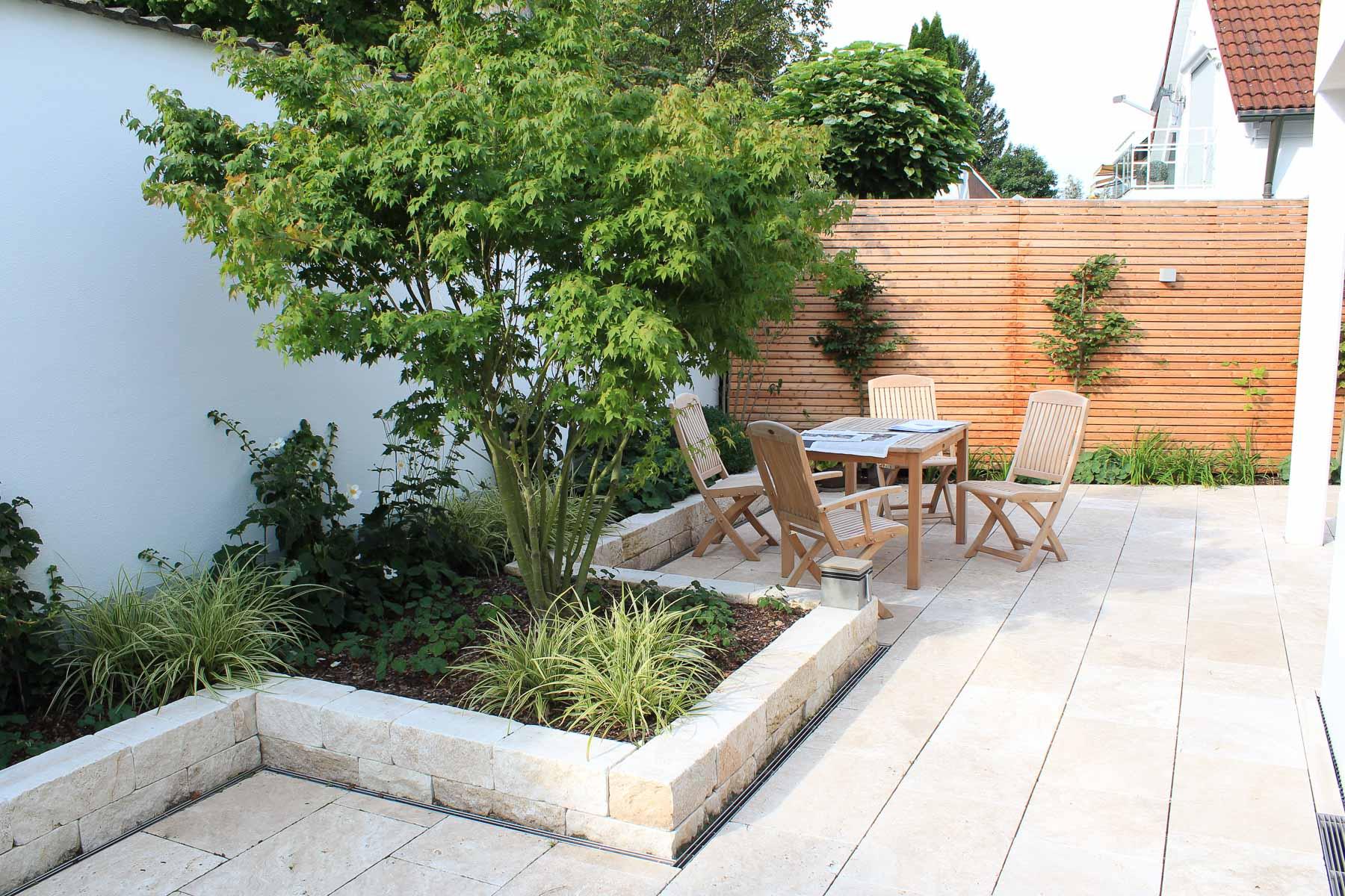 Die Lärchenholzwand schafft eine warme Atmosphäre auf der Terrasse