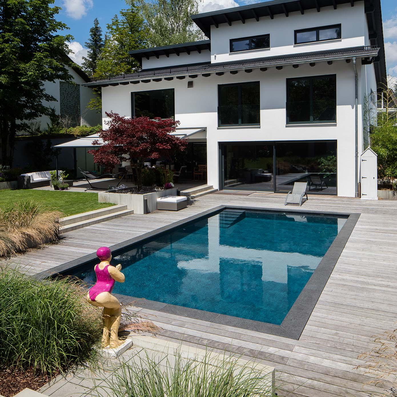 Swimmingpool mit Holzdeck