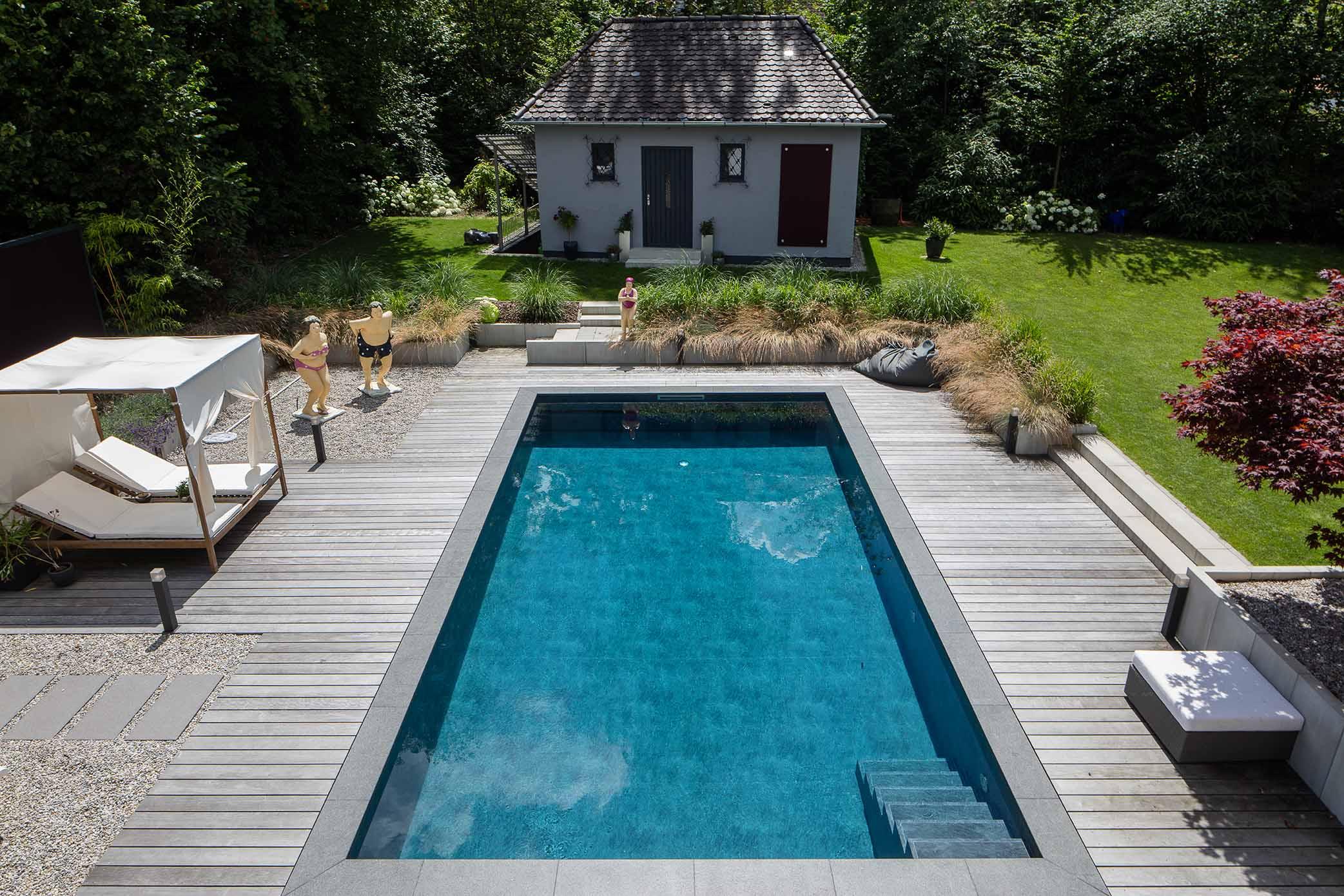 Garten mit Swimmingpool in moderner Gestaltung