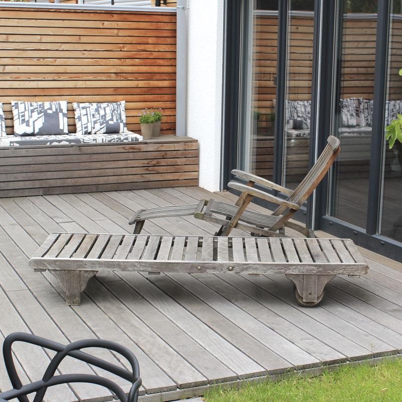 Blick vom Gartentisch auf das Holzdeck aus Itauba.