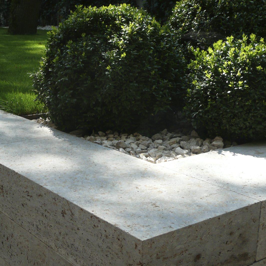 Mauer aus Blockstufen aus Muschelkalkstein