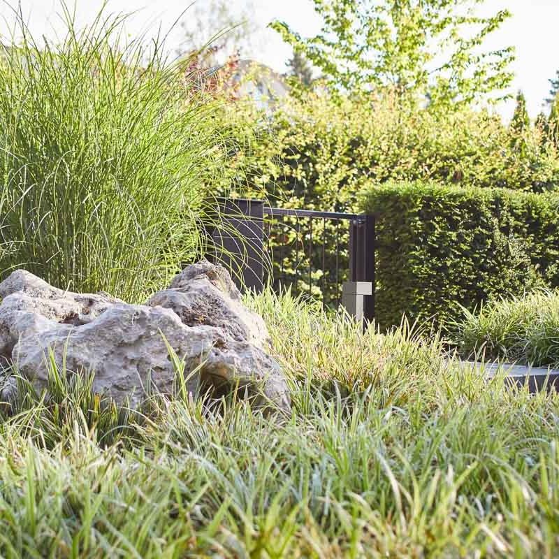 Vorgartengestaltung mit Zurückhaltung: die Pflanzgestaltung lässt der Architektur den Vortritt
