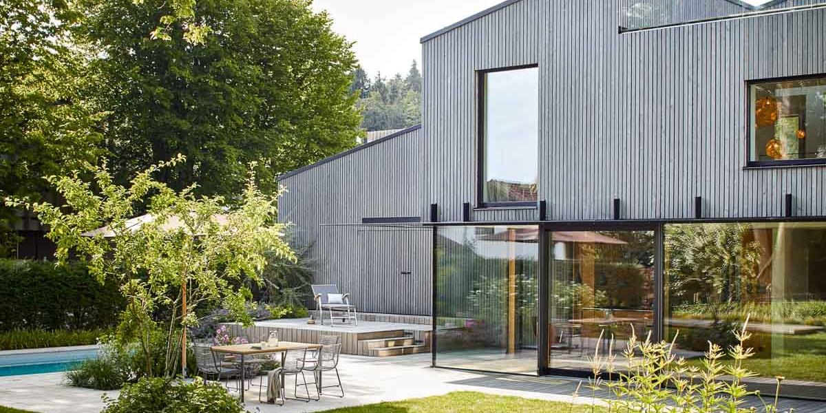 Die zeitgemäße Architektur setzt sich harmonisch im Garten fort.