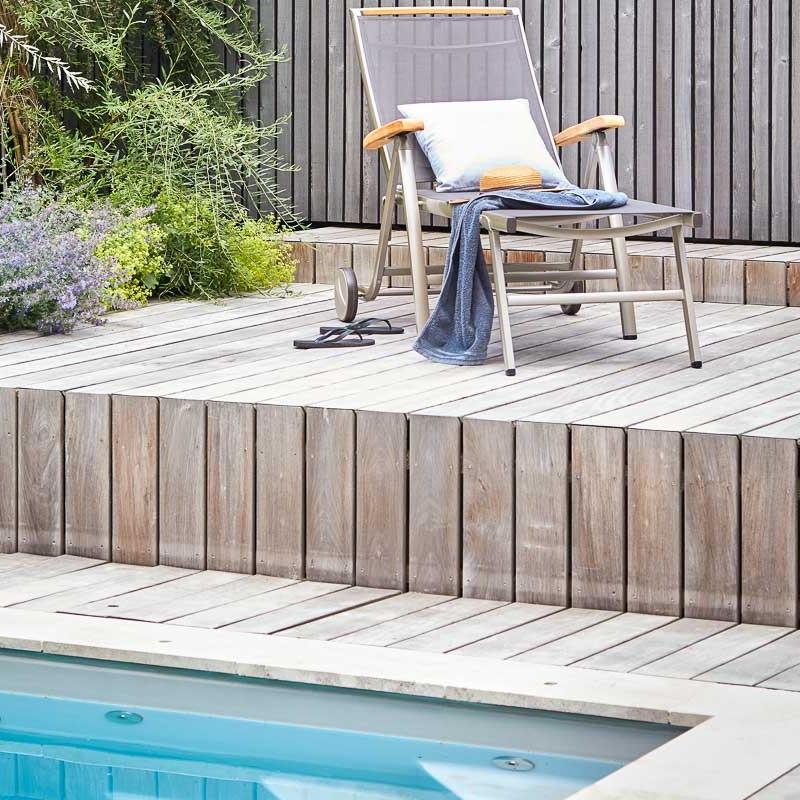 Ruheplatz am Swimmingpool: Hartholz aus Ipé nimmt den Rhythmus der Fassade auf.