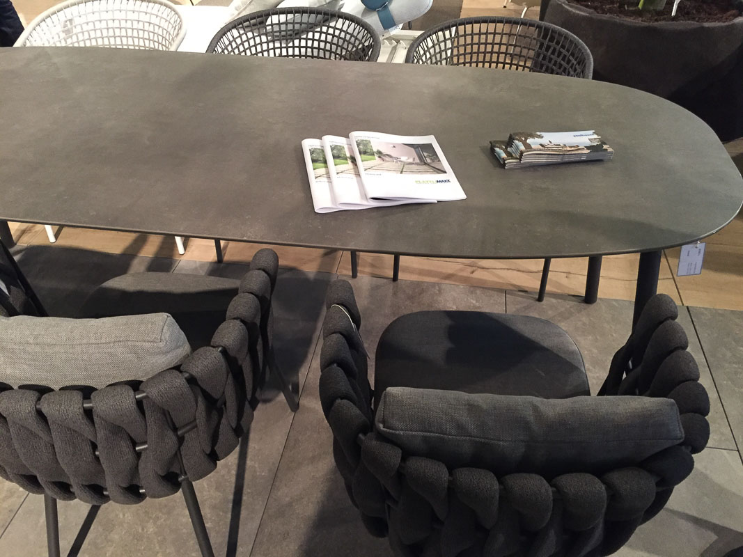 Möbel in taupe und mit Flechtwerk sehen optisch ansprechend aus und sind sehr bequem und wetterfest.