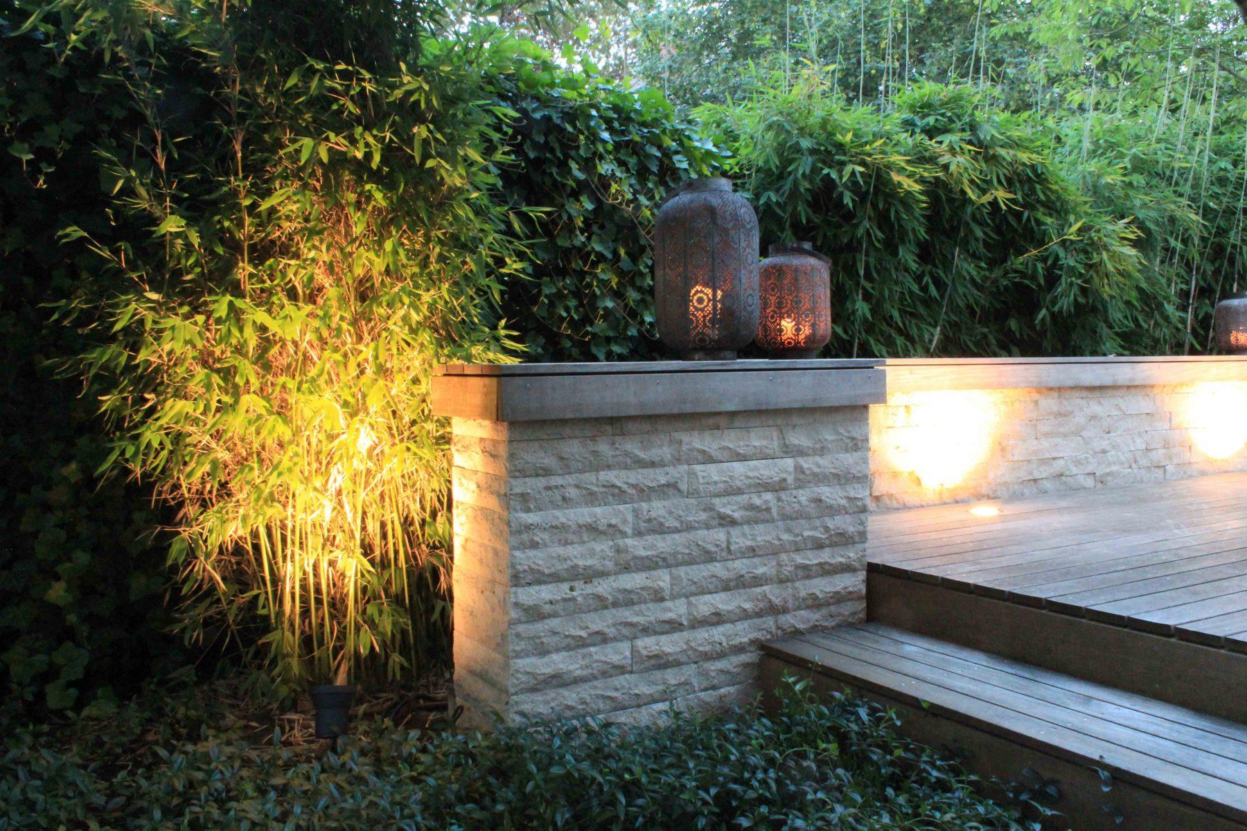 Beleuchtete Gartenmauer aus Travestie