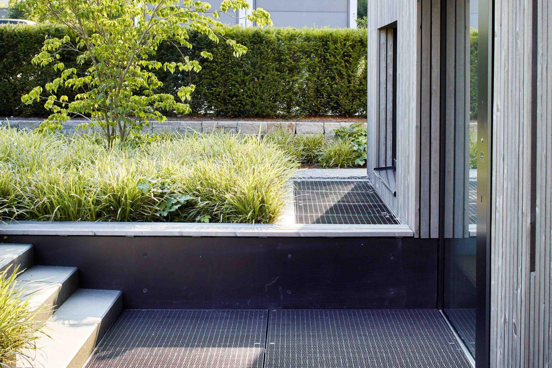 Materialmix im Vorgarten