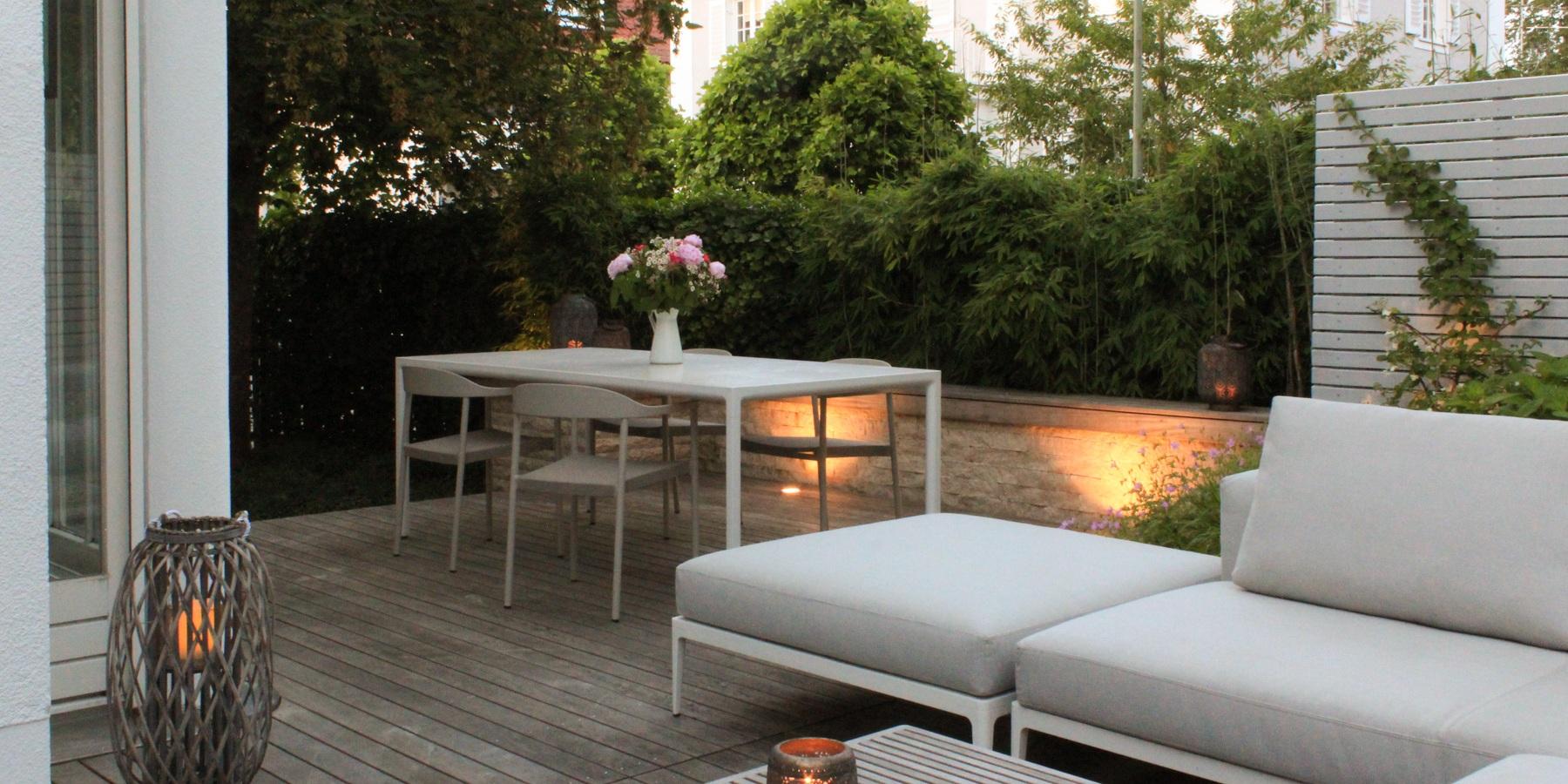 Loungeplatz zum Chillen: Sitzmauer aus Travertin, beleuchtet.