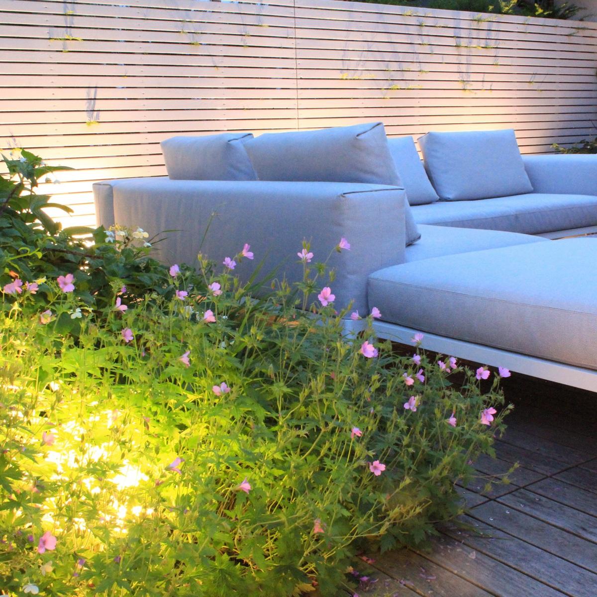 Loungeplatz im Garten mit Beleuchtung